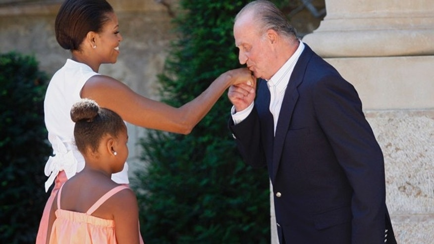 Spain's King Juan Carlos, right, welcomes U.S. first lady Michelle Obama and daughter Sasha, 9, on their arrival at the Marivent Palace, in Palma de Mallorca, Spain, Sunday, Aug. 8, 2010. The White House says first lady Michelle Obama is in Spain for a private trip with longtime family friends. (AP Photo/Manu Mielniezuk)