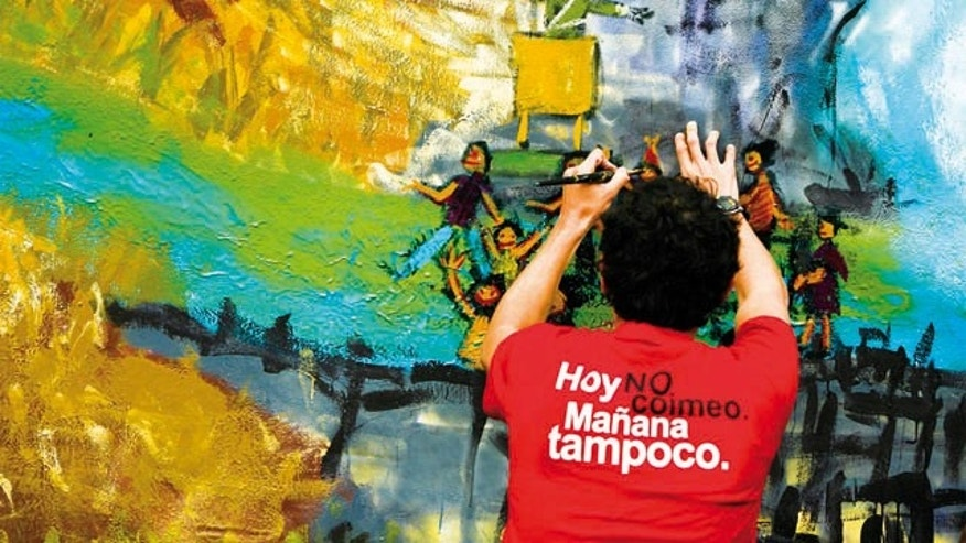 An artist at an anti-corruption festival organized by Proética, Transparency Internationalâs National Chapter in Peru. His t-shirt reads 'I didn't bribe today and I won't tomorrow'.