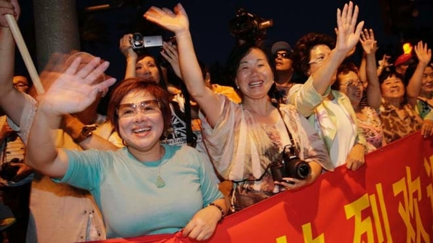 June 6, 2013: Supporters of Chinese President Xi Jinping cheer as they watch the motorcade carrying President Xi arrive in Indian Wells, Calif.