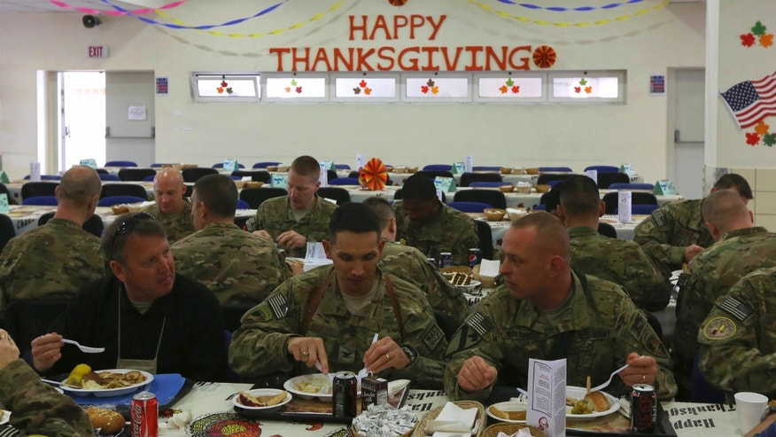 U.S. soldiers eat during a Thanksgiving meal in Kabul, November 22, 2012. REUTERS/Omar Sobhani (AFGHANISTAN - Tags: MILITARY SOCIETY FOOD) - RTR3AQ4K