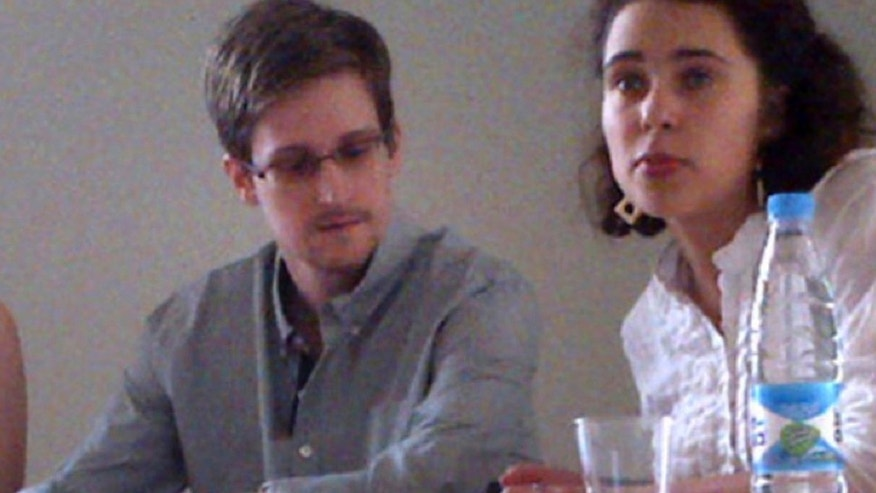 NSA leaker Edward Snowden attends a news conference at Moscow&#39&#x3b;s Sheremetyevo Airport with Sarah Harrison of WikiLeaks, left, Friday, July 12, 2013.