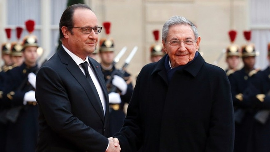 French president Francois Hollande, left, welcomes Cuban President Raúl Castro upon his arrival for a meeting at the Elysee Palace, in Paris, France, Monday, Feb. 1, 2016. (AP Photo/Francois Mori)