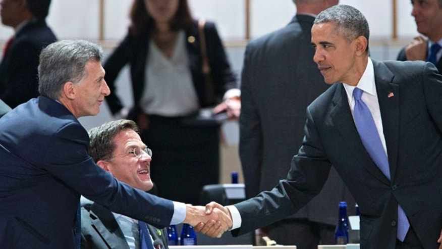 U.S. President Barack Obama, right, shakes hands with Mauricio Macri, Argentina's president at the Nuclear Security Summit on April 1, 2016 in Washington, D.C.