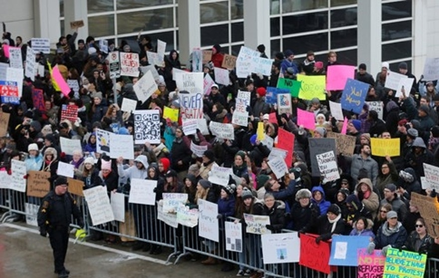 Hundreds of people rally against a temporary travel ban signed by U.S. President Donald Trump in an executive order during a protest at Detroit Metropolitan airport in Romulus, Michigan, U.S., January 29, 2017.   REUTERS/Rebecca Cook - RTSXYTI