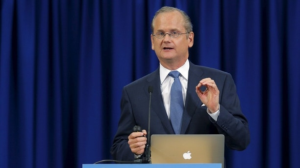 U.S. Democratic presidential candidate Lawrence Lessig speaks at the New Hampshire Democratic Party State Convention in Manchester, New Hampshire September 19, 2015.      REUTERS/Brian Snyder - GF10000212698