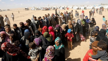 People displaced from fightings between the Syrian Democratic Forces and Islamic State militants queue for food aid from UN's World Food Programme at a refugee camp in Ain Issa, Syria October 10, 2017.        REUTERS/Erik De Castro - RC163B4709A0