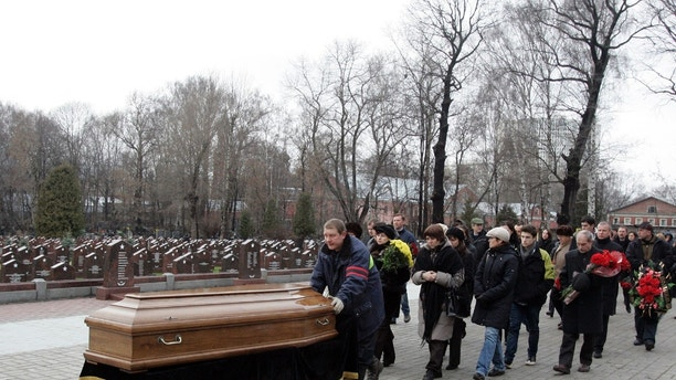 Friends and relatives follow the coffin of Sergei Magnitsky during his funeral at a cemetery in Moscow November 20, 2009. Human rights groups have called for an independent investigation into the sudden death of a 37-year-old witness in a Russian legal battle over tax fraud. Magnitsky, a suspect in a tax evasion case against Hermitage, once Russia's biggest investment fund, died of heart failure in prison on Monday, state prosecutors said.  REUTERS/Mikhail Voskresensky  (RUSSIA CRIME LAW POLITICS) - GM1E5BK1LDC01