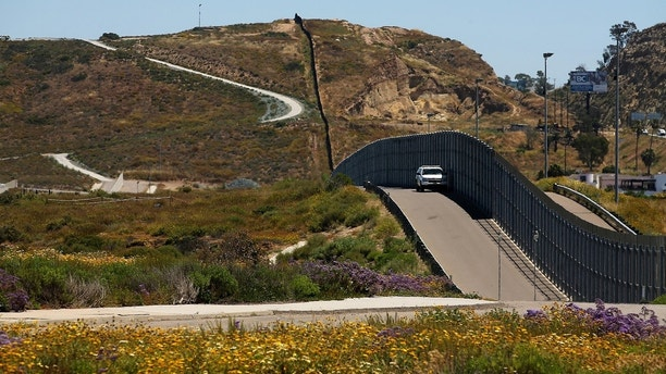U.S. Border patrol agents man the fence with Mexico at Border Field State Park in San Diego, California, U.S., April 30, 2017. REUTERS/Mike Blake - RC1B3D93CF00