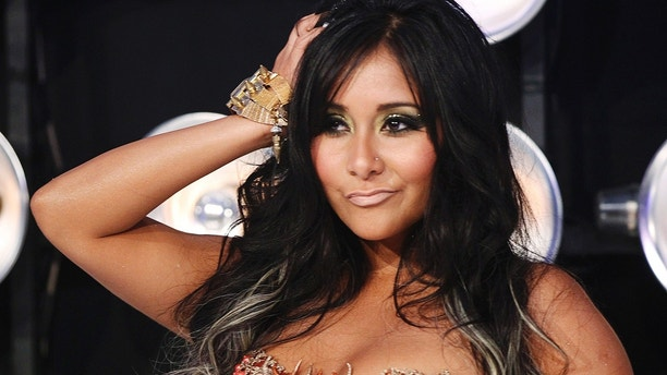 """Nicole """"Snooki"""" Polizzi  from the MTV reality series """"Jersey Shore"""" poses on arrival at the 2011 MTV Video Music Awards in Los Angeles August 28, 2011.    REUTERS/Danny Moloshok (UNITED STATES - Tags: ENTERTAINMENT) (MTV-ARRIVALS) - GM1E78T0OF902"""