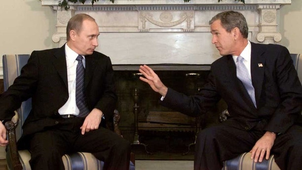 President George W. Bush (R) makes a point as he talks with Russian President Vladimir Putin in the Oval Office of the White House November 13, 2001.  [Their meeting kicks off a three-day summit which will focus on reducing nuclear arsenals and U.S. plans to build a missile shield which would overturn provisions of a 1972 arms pact. The two will also discuss the situation in Afghanistan as Taliban forces flee the city of Kabul.  ] - PBEAHUKWLDP