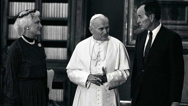 - PHOTO TAKEN 24JUN85 - USA' Vice President George Bush and his wife Barbara with Pope John Paul II during an audience at the Vatican, June 24, 1985. - PBEAHUKOYDN