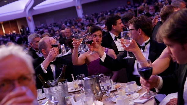 White House Correspondents' Association dinner attendees raise a glass to the First Amendment to the U.S. Constitution in Washington, U.S. April 29, 2017. REUTERS/Jonathan Ernst - RC11BFC1E7E0