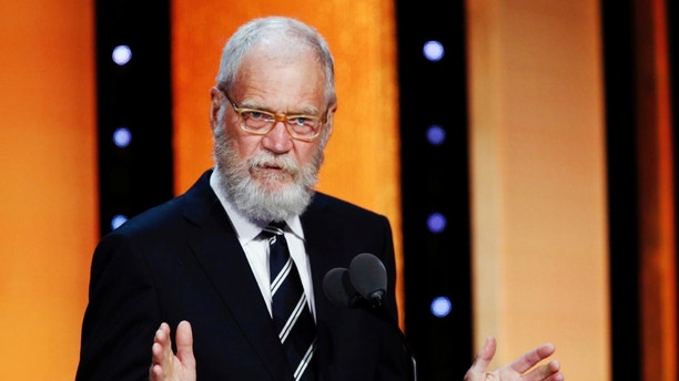 David Letterman speaks to guests after receiving his award at the 75th Annual Peabody Awards in New York, U.S. May 21, 2016. REUTERS/Eduardo Munoz  - RTSFCE1