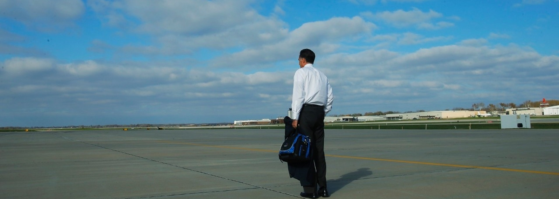 Republican presidential nominee Mitt Romney walks across the tarmac at the airport in Des Moines, Iowa October 26, 2012.   REUTERS/Brian Snyder    (UNITED STATES - Tags: POLITICS ELECTIONS) - TM3E8AR0TQO01