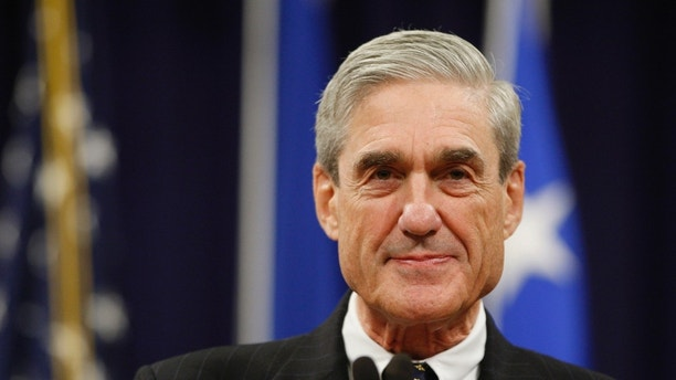 Outgoing FBI Director Robert Mueller pauses during his remarks at a farewell ceremony held for him at the Justice Department in Washington, August 1, 2013. On Monday the U.S. Senate confirmed former Deputy Attorney General James Comey to replace Mueller, who has led the bureau since shortly before the September 11, 2001, attacks on the United States.  REUTERS/Jonathan Ernst    (UNITED STATES - Tags: POLITICS CRIME LAW HEADSHOT) - GM1E982008A01