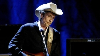 Rock musician Bob Dylan performs at the Wiltern Theatre in Los Angeles, U.S., May 5, 2004. REUTERS/Rob Galbraith/File Photo - D1AEUGSMYBAB