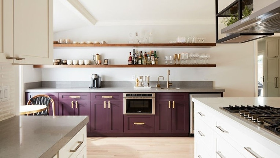 10 things to store on open kitchen shelves for efficiency and style ...