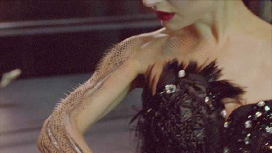The Mocha Planar tracking software allowed artists to take an image of swan skin and feathers that they had created, attach it to Natalie Portman's arm, and integrate the image into her skin.
