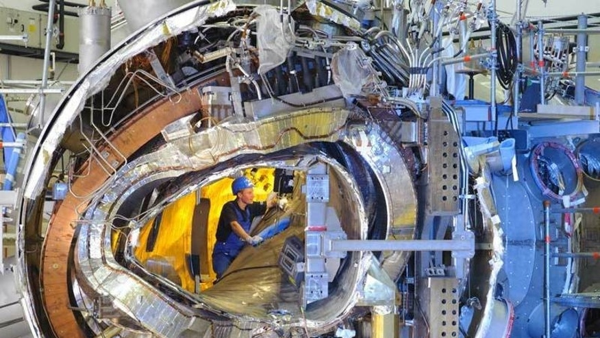 In November 2011 the interiour of Wendelstein 7-X was still open: Visible was the plasma vessel, one of the stellarator coils, a planar coil, part of the support structure and the cryostat together with a lot of cooling pipes and power supply lines. (IPP, Wolfgang Filser)