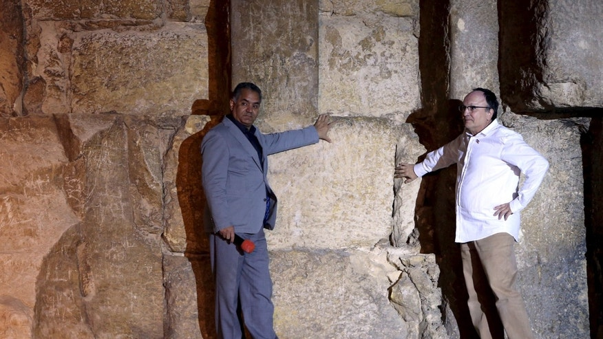 Egyptian Minister of Antiquities Mamdouh el-Damati (L) stands with Jean Claude Barre of the Heritage Innovation Preservation Institute in front of the Great Pyramid of Giza on the outskirts of Cairo, Egypt, Nov. 9, 2015. (REUTERS/Mohamed Abd El Ghany)