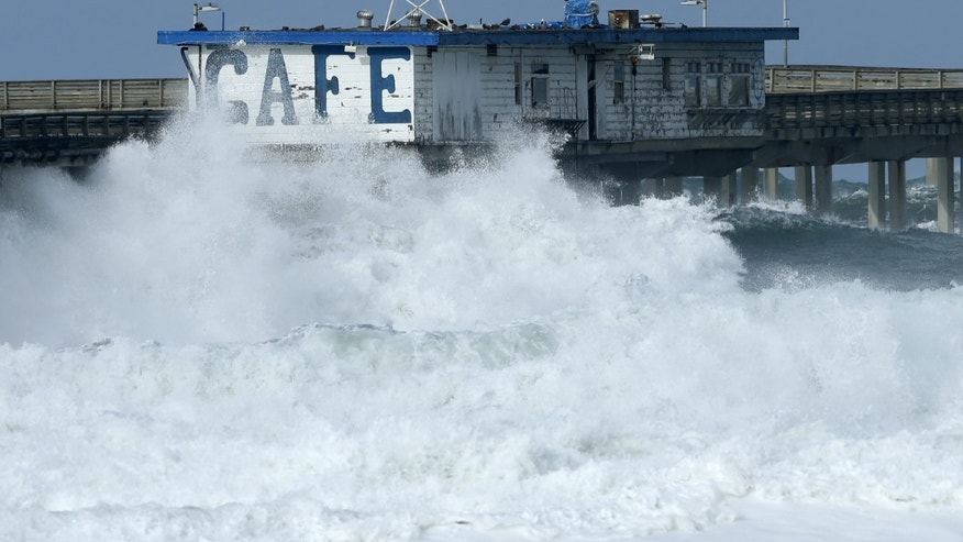 A cafe sits on a pedestrian pier closed by authorities due to high surf from an El Nino-strengthened storm in Ocean Beach, California January 7, 2016.  REUTERS/Mike Blake  - RTX21GOS