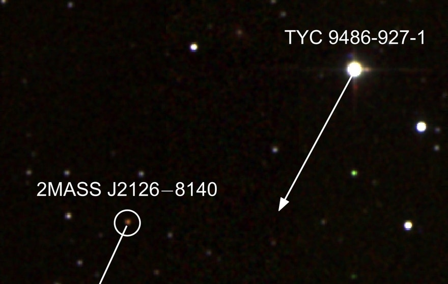 False colour infrared image of TYC 9486-927-1 and 2MASS J2126. The arrows show the projected movement of the star and planet on the sky over 1000 years. The scale indicates a distance of 4000 Astronomical Units (AU), where 1 AU is the average distance between the Earth and the Sun.