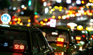 "Taxis are parked as drivers wait for customers on a road in Tokyo August 3, 2009. The neon-lit characters read ""empty car"".   REUTERS/Stringer (JAPAN TRANSPORT BUSINESS) BEST QUALITY AVAILABLE - RTR26WPL"