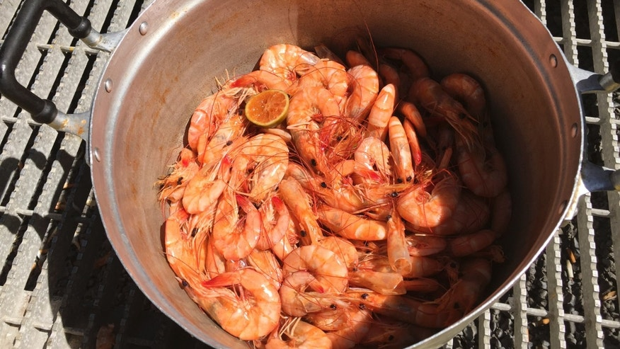 File photo: Freshly caught Gulf of Mexico white shrimp steamed for lunch at the Ditcharo Seafood Dock in Buras, Louisiana on Aug. 20, 2015. (REUTERS/David Lawder)