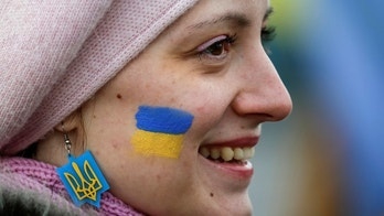 A woman with her face painted in the colours of the Ukrainian national flag takes part in celebrations for Unity Day in Kiev, Ukraine, January 22, 2017.  REUTERS/Gleb Garanich - RTSWSWJ