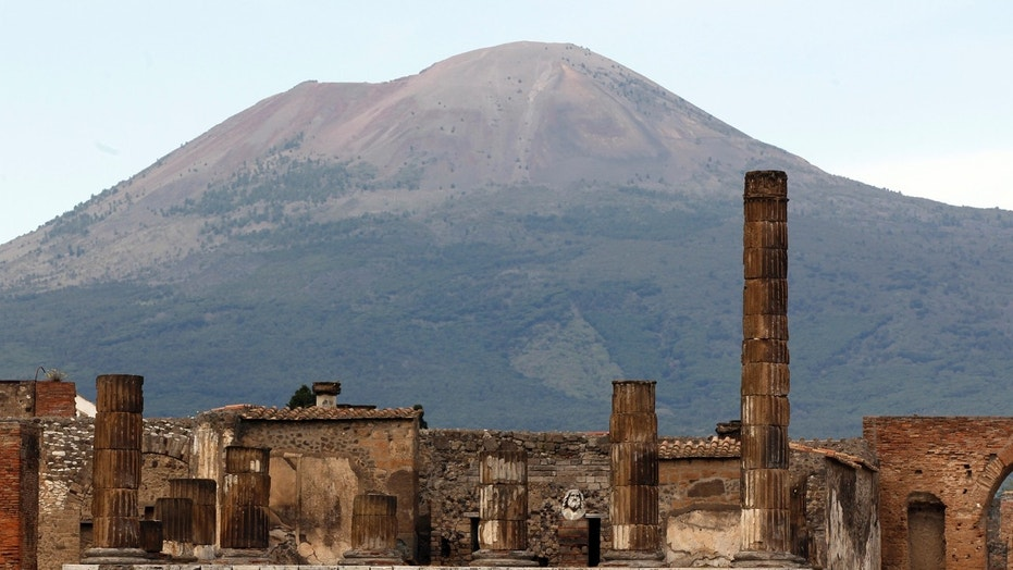 File photo: A partial view of the ancient archaeological site of Pompeii is pictured in front of Mount Vesuvius April 17, 2014.  (REUTERS/Ciro de Luca)