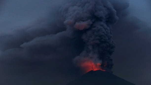Glowing light of hot lava is seen during the eruption of Mount Agung as seen from Amed in Karangasem, Bali, Indonesia, November 27, 2017. REUTERS/Johannes P. Christo - RC1EFF666DE0
