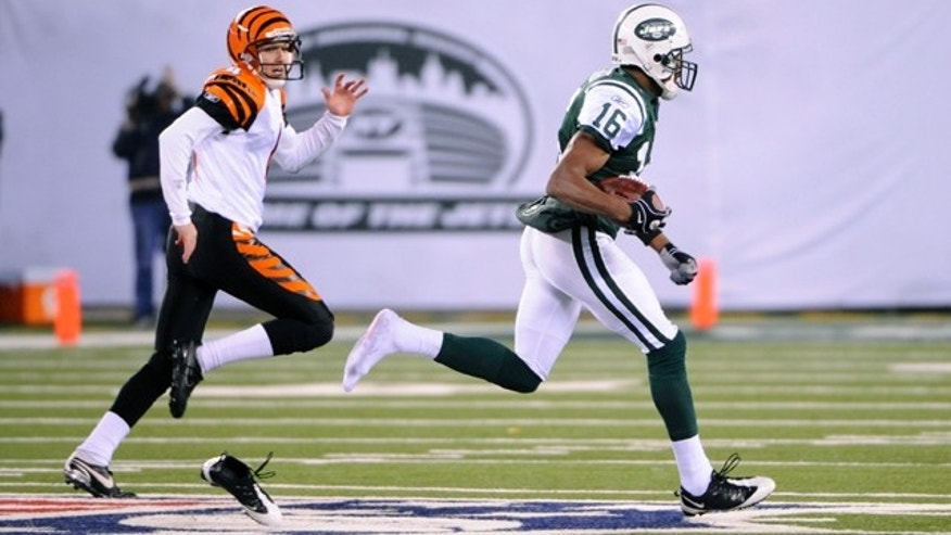 New York Jets' Brad Smith loses a shoe as he scores on an 89-yard kickoff return.