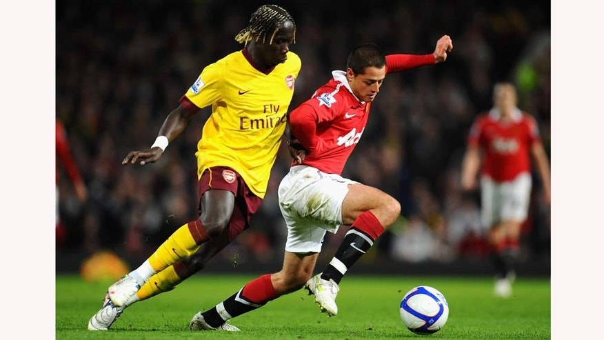 MANCHESTER, ENGLAND - MARCH 12:  Bacary Sagna of Arsenal and Javier Hernandez of Manchester United battle for the ball during the FA Cup sponsored by E.On Sixth Round match between Manchester United and Arsenal at Old Trafford on March 12, 2011 in Manchester, England.  (Photo by Clive Mason/Getty Images)