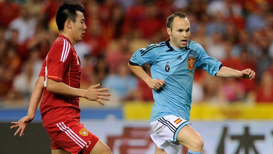 SEVILLE, SPAIN - JUNE 03: Andres Iniesta (R) of Spain dribbles the ball past Quin Sheng of China during the International Friendly match between Spain and China at La Cartuja stadium on June 3, 2012 in Seville, Spain.  (Photo by Denis Doyle/Getty Images)