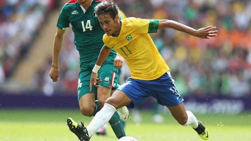 LONDON, ENGLAND - AUGUST 11:  Neymar of Brazil (R) controls the ball under pressure from Jorge Enriquez of Mexico during the Men's Football Final between Brazil and Mexico on Day 15 of the London 2012 Olympic Games at Wembley Stadium on August 11, 2012 in London, England.  (Photo by Julian Finney/Getty Images)
