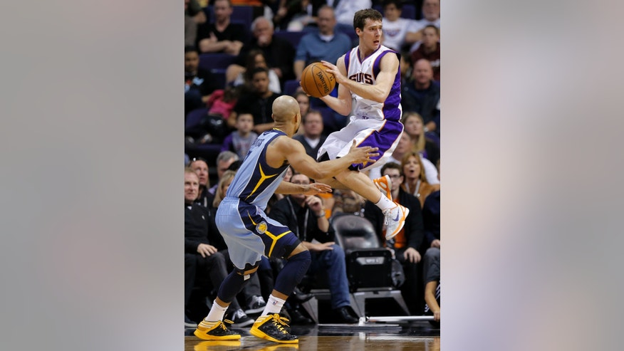 Memphis Grizzlies' Jerryd Bayless defends as Phoenix Suns' Goran Dragic, right, looks to pass during the second half of an NBA basketball game, Sunday, Jan. 6, 2013, in Phoenix. (AP Photo/Matt York)