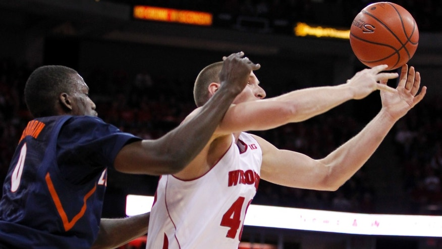 Wisconsin's Jared Berggren, right, intercepts a pass intended for Illinois's Sam McLaurin during the first half of an NCAA college basketball game, Saturday, Jan. 12, 2013, in Madison, Wis. (AP Photo/Andy Manis)