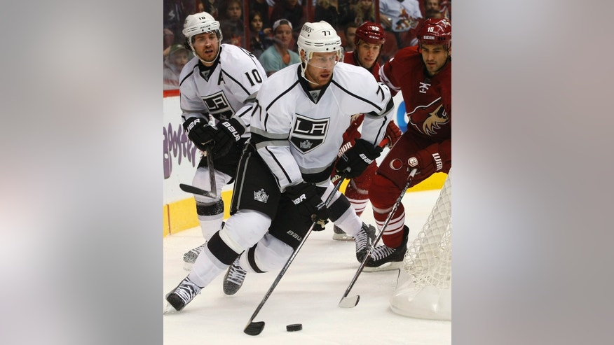 Los Angeles Kings center Jeff Carter (77) looks to center the puck against the Los Angeles Kings in the first period of an NHL hockey game Saturday, Jan. 26, 2013, in Glendale, Ariz. (AP Photo/Rick Scuteri)