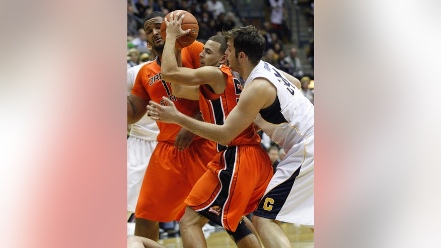 Oregon State's Roberto Nelson, center, looks to pass between teammate Joe Burton, left, and California's Robert Thurman during the first half of an NCAA college basketball game in Berkeley, Calif., Thursday, Jan. 31, 2013. (AP Photo/George Nikitin)
