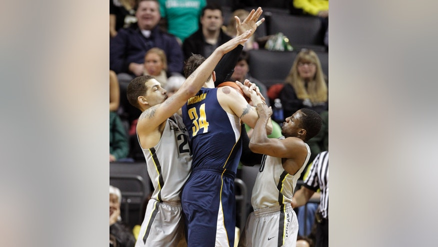 California forward Robert Thurman, middle, is double-teamed by Oregon's Johnathan Loyd, right, and Waverly Austin during the first half of an NCAA college basketball game in Eugene, Ore., Thursday, Feb. 21, 2013. (AP Photo/Don Ryan)