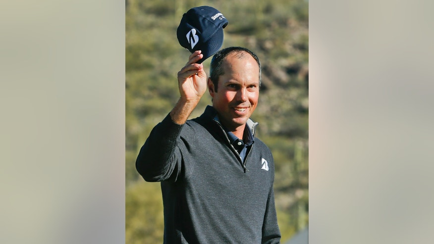 Matt Kuchar tips his cap to the crowd after winning 3 and 2 over Robert Garrigus in the quarterfinal round of play during the Match Play Championship golf tournament, Saturday, Feb. 23, 2013, in Marana, Ariz. (AP Photo/Ross D. Franklin)