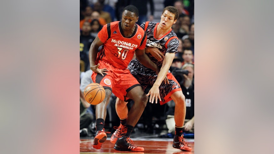 McDonald's East All-American's Julius Randle, left, and McDonald's West All-American's Aaron Gordon battle for a loose ball during the first half of the McDonald's All-American boys basketball game in Chicago, Wednesday, April 3, 2013. (AP Photo/Nam Y. Huh)