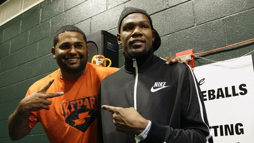 San Francisco Giants third baseman Pablo Sandoval, left, poses for photographs with Oklahoma City Thunder NBA basketball player Kevin Durant before a baseball game between the Giants and the Colorado Rockies, Wednesday, April 10, 2013, in San Francisco. (AP Photo/Jeff Chiu)