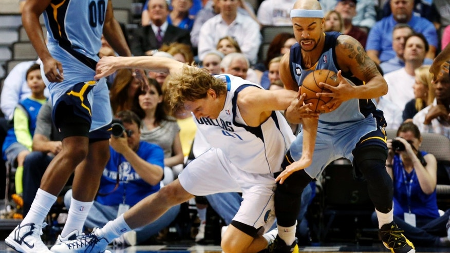 Memphis Grizzlies forward Darrell Arthur (00) watches as Dallas Mavericks forward Dirk Nowitzki (41) and Grizzlies guard Jerryd Bayless (7) fight for a loose ball in the second quarter of an NBA basketball game, Monday, April 15, 2013, in Dallas. (AP Photo/Sharon Ellman)