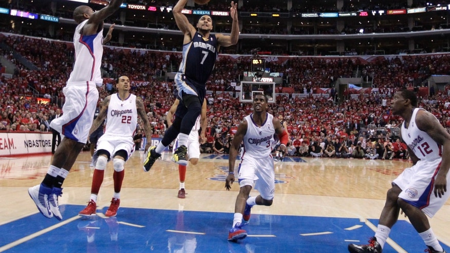 Memphis Grizzlies' Jerryd Bayless, center, drives to the basket against the Los Angeles Clippers during the second half in Game 5 of a first-round NBA basketball playoff series in Los Angeles, Tuesday, April 30, 2013. The Grizzlies won 103-93. (AP Photo/Jae C. Hong)