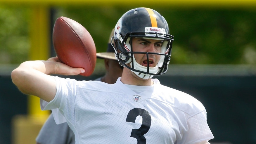 Pittsburgh Steelers fourth-round draft pick, quarterback Landry Jones, out of Oklahoma, passes during NFL football rookie minicamp on Saturday, May 4, 2013 in Pittsburgh. (AP Photo/Keith Srakocic)