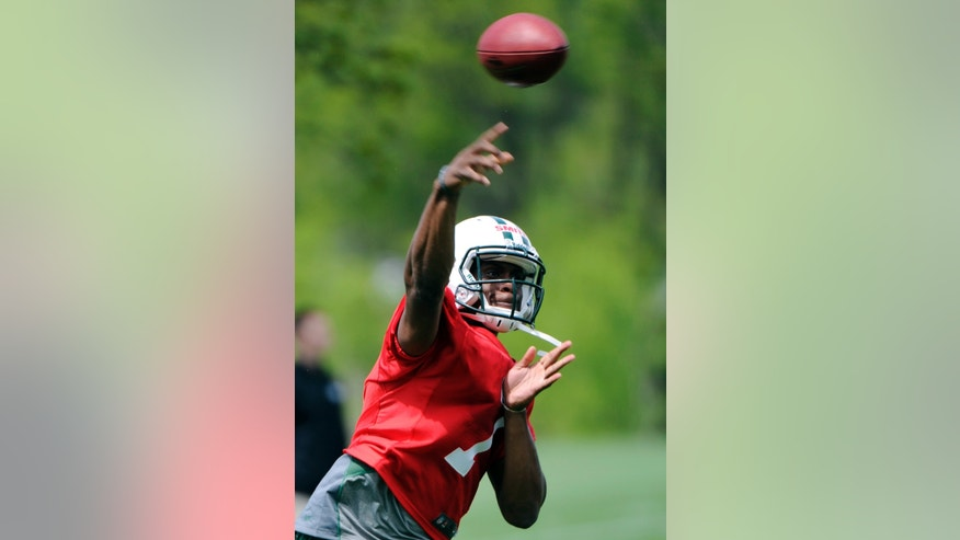 New York Jets quarterback Geno Smith, a second-round draft pick out of West Virginia, throws a pass during NFL football rookie minicamp Friday, May 10, 2013, in Florham Park, N.J. (AP Photo/Bill Kostroun)