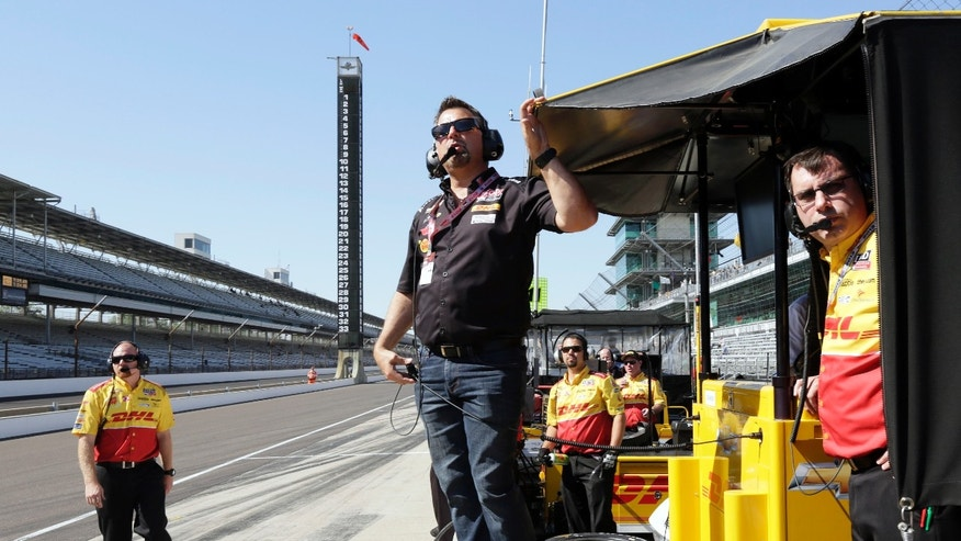 Team owner Michael Andretti, center, watches practice with members of Ryan Hunter-Reay's team during practice for the Indianapolis 500 auto race, at Indianapolis Motor Speedway in Indianapolis, Tuesday, May 14, 2013. (AP Photo/AJ Mast)
