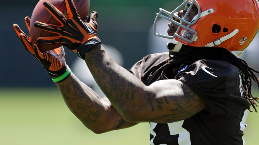 Cleveland Browns running back Trent Richardson catches a pass during an off-season workout at the NFL football team's practice facility in Berea, Ohio Thursday, May 16, 2013. (AP Photo/Mark Duncan)