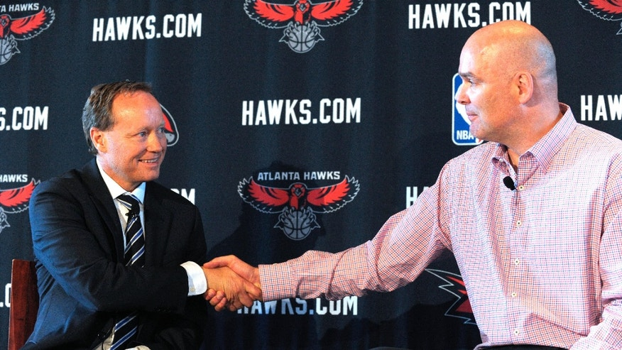 Atlanta Hawks President of Basketball Operations and General Manager Danny Ferry, right, shakes hands with new NBA head coach Mike Budenholzer during a news conference Wednesday, May 29, 2013,  in Atlanta. (AP Photo/David Tulis)
